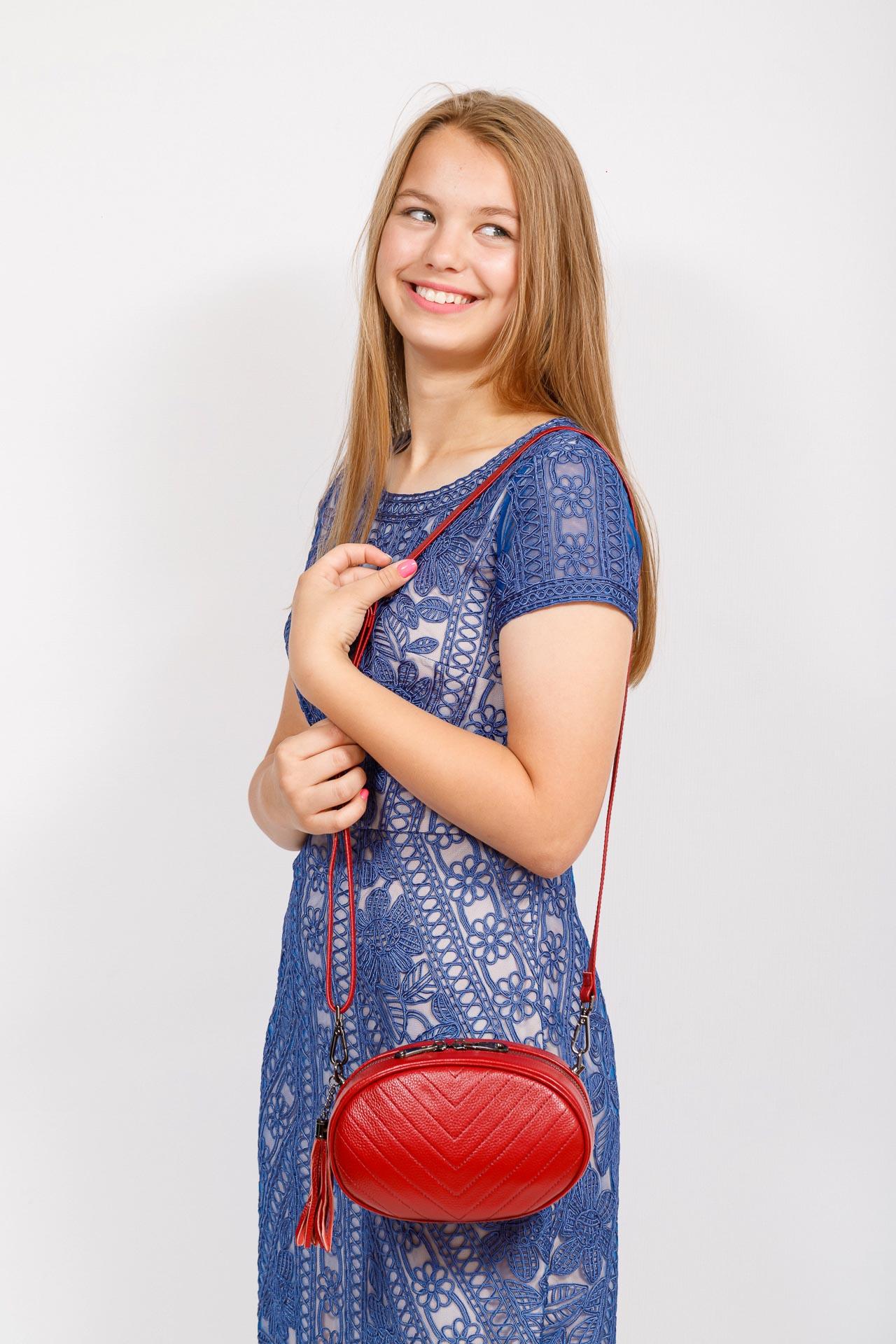 На фото 4 - Круглая сумка-малышка из натуральной кожи, цвет красный