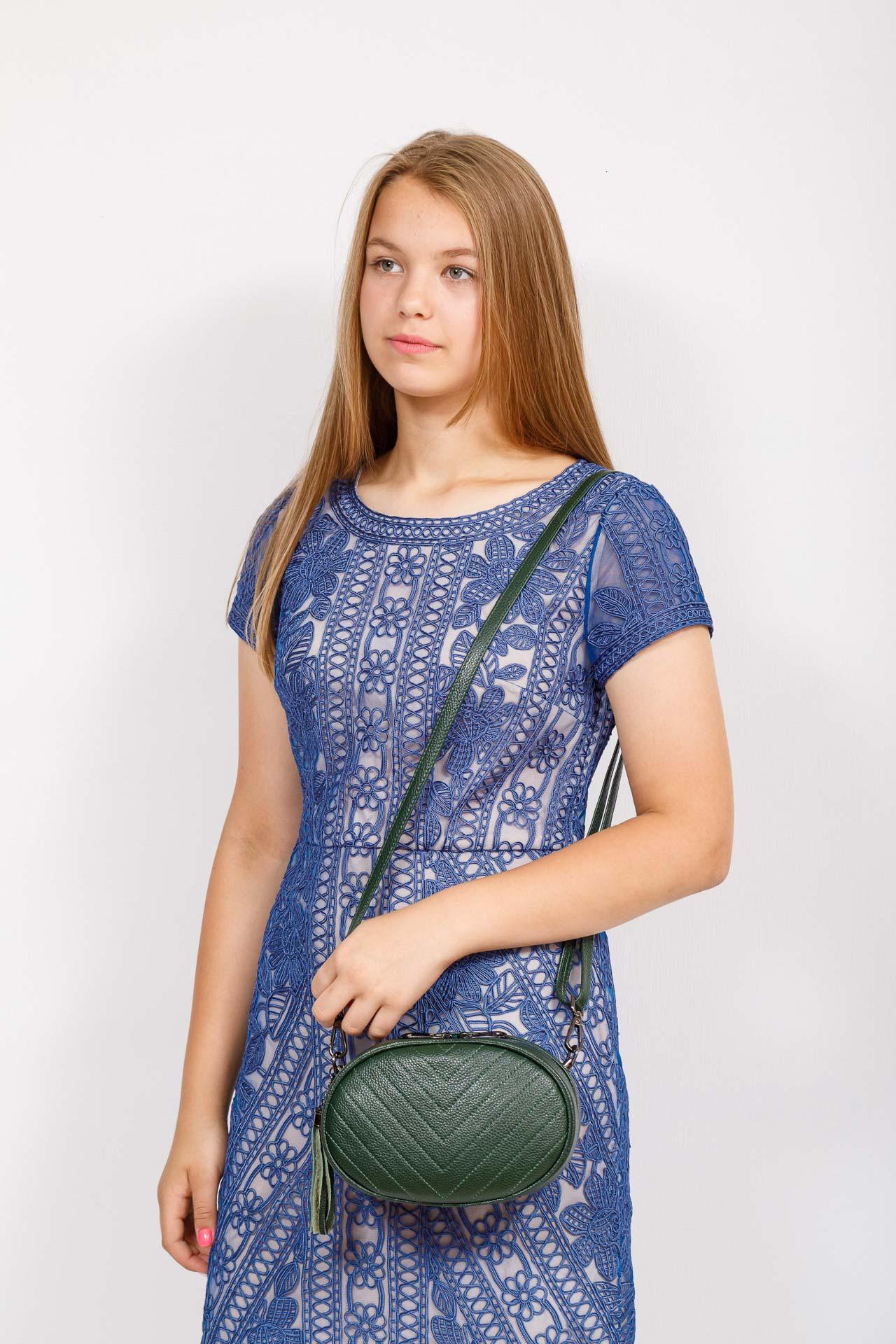 На фото 4 - Круглая сумка-малышка из натуральной кожи, цвет зеленый