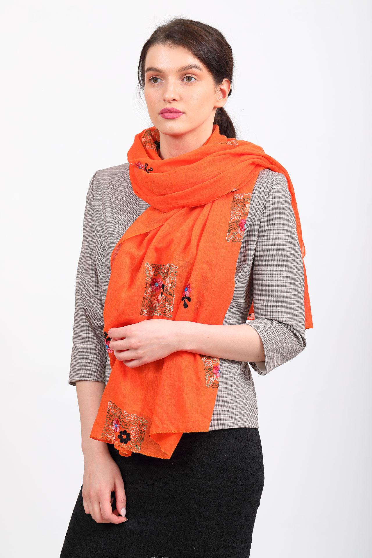 На фото 1 - Легкий палантин с вышивкой из хлопка и линона, цвет оранжевый