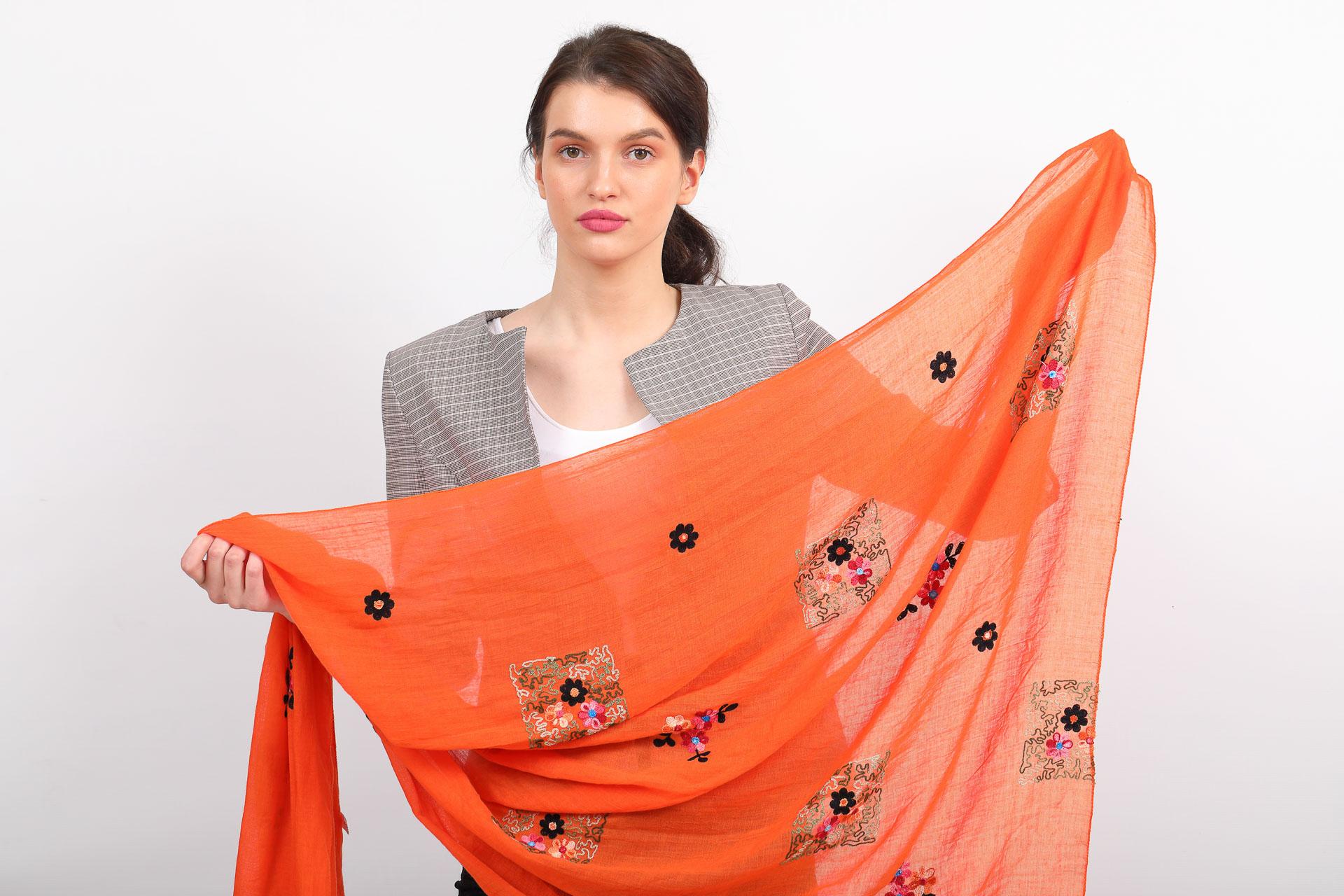 На фото 2 - Легкий палантин с вышивкой из хлопка и линона, цвет оранжевый