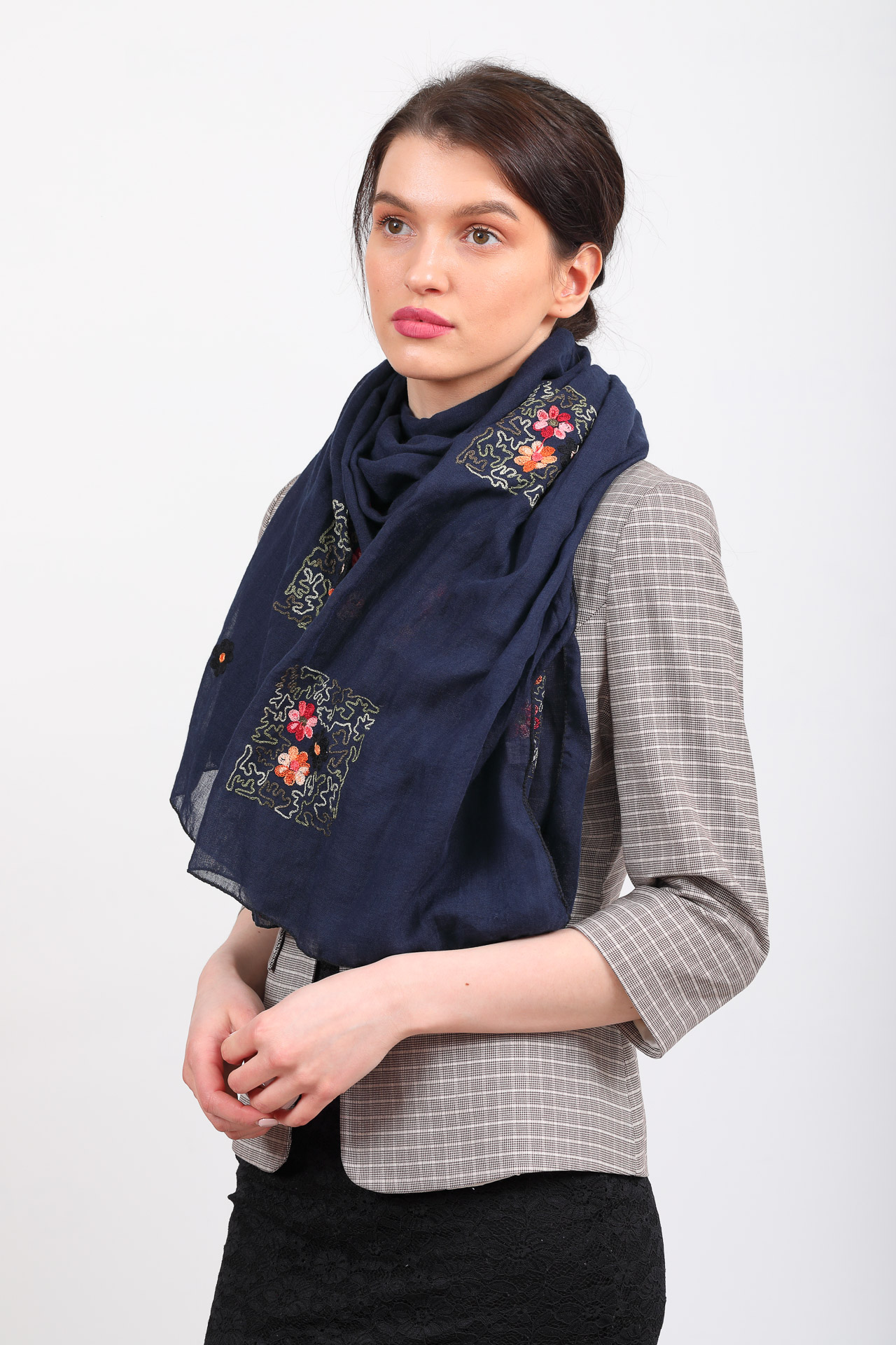 На фото 1 - Легкий палантин платок с вышивкой из хлопка и линона, цвет синий