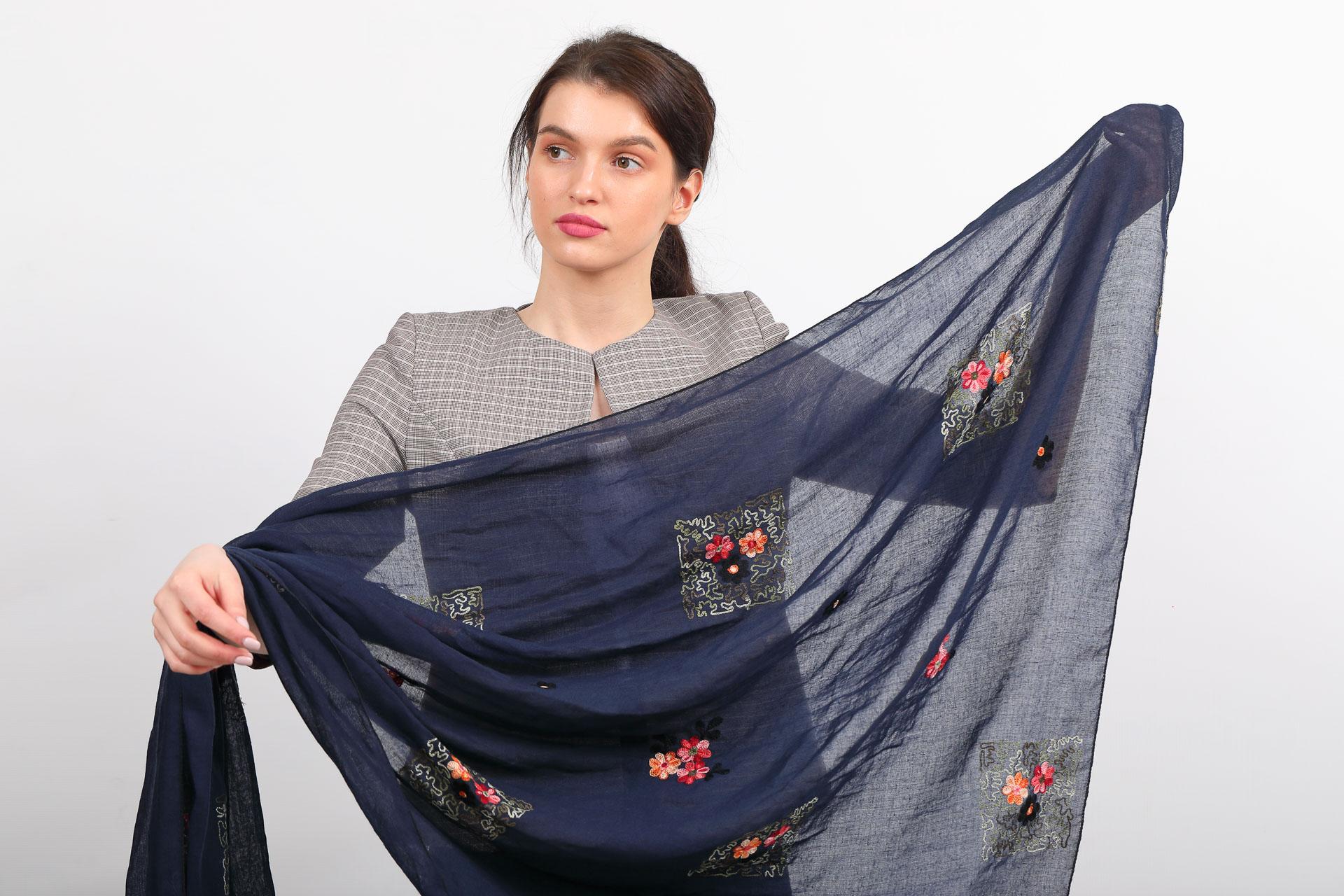 На фото 2 - Легкий палантин-платок с вышивкой из хлопка и линона, цвет синий