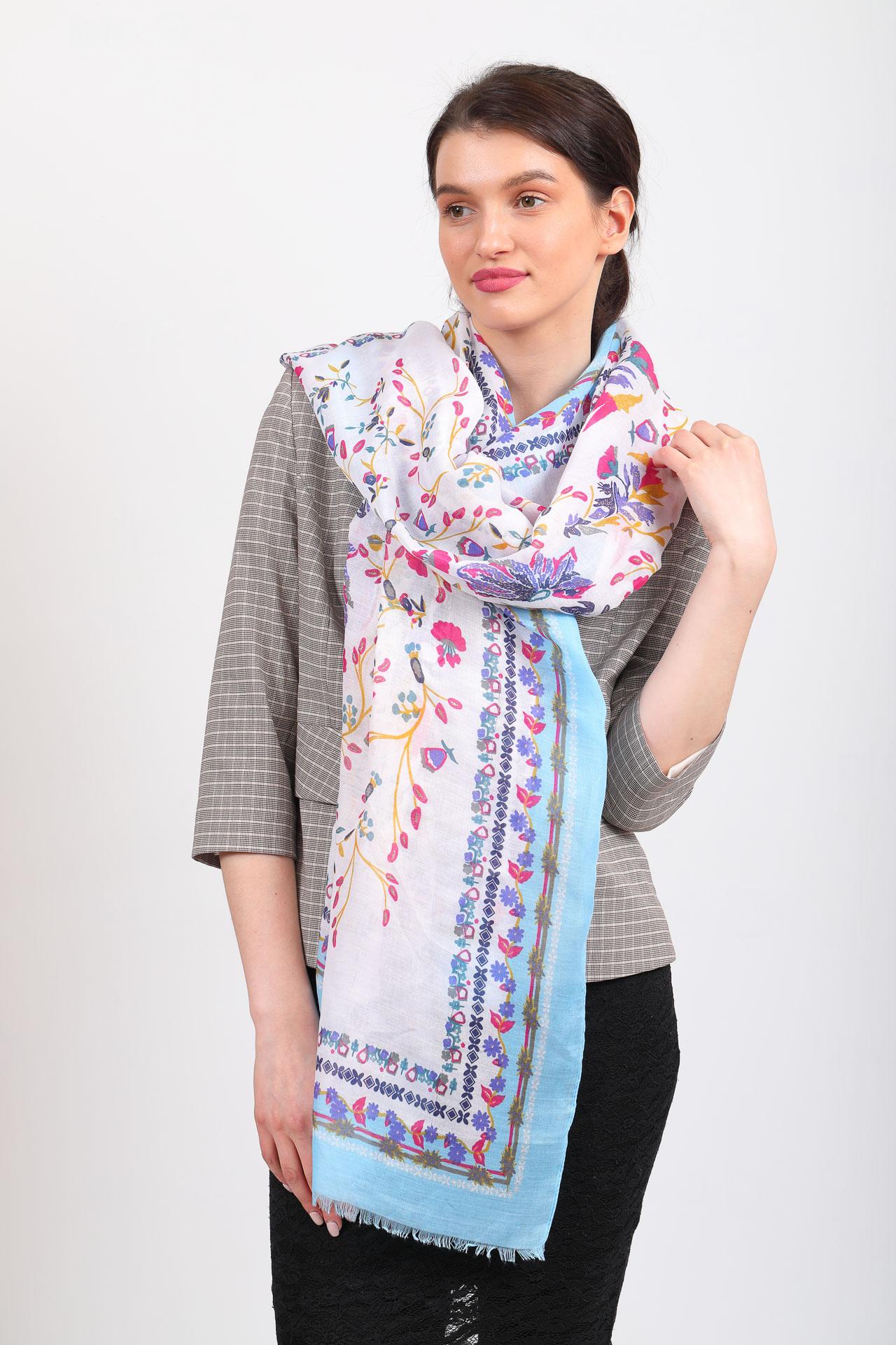 На фото 1 - Головной палантин-платок и шарф с мелким рисунком, голубой