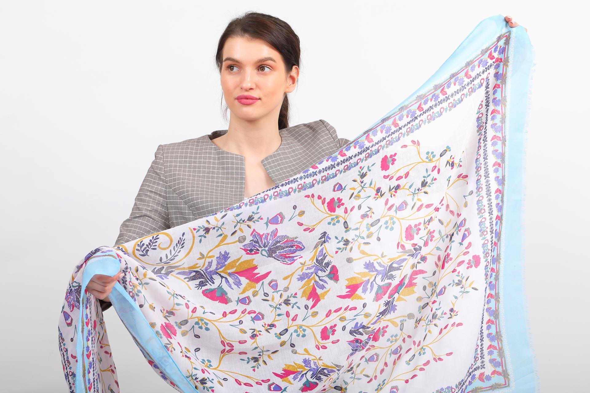 На фото 2 - Головной палантин-платок и шарф  с мелким рисунком, голубой