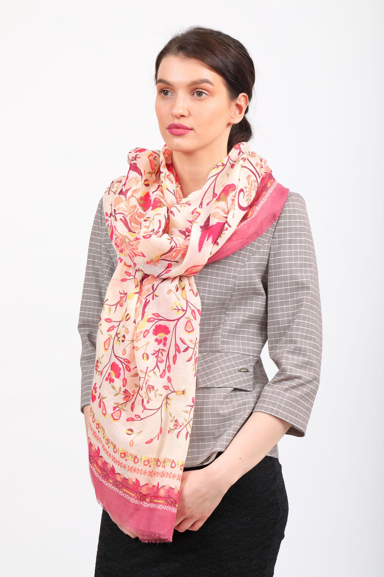 На фото 1 - Легкий яркий палантин платок из хлопка и вискозы, цвет розовый