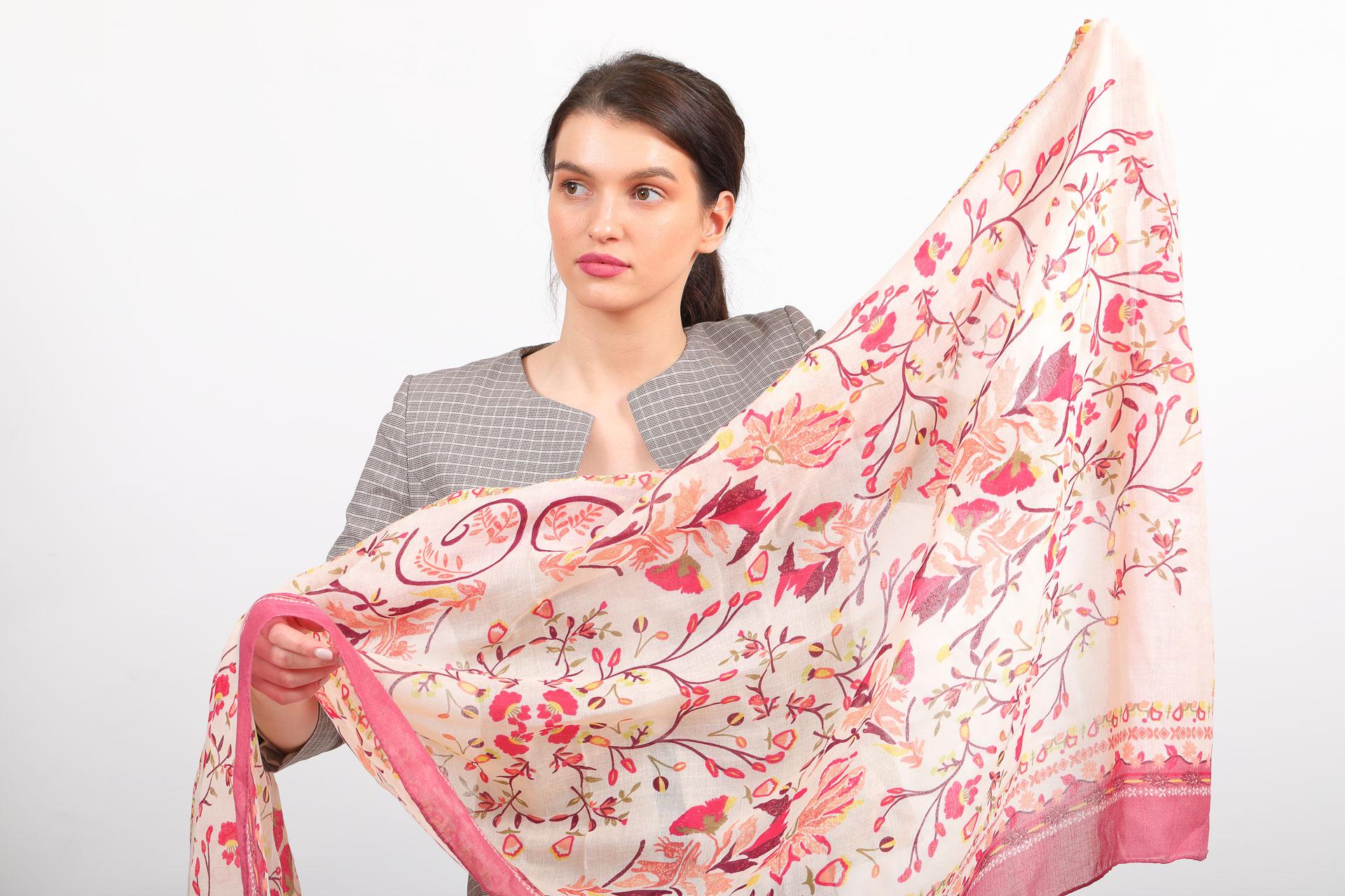 На фото 2 - Легкий яркий палантин платок из хлопка и вискозы, цвет розовый