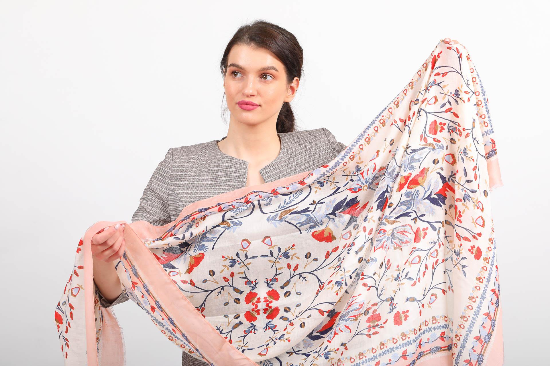 На фото 2 - Легкий яркий палантин платок из хлопка и вискозы, цвет пудра