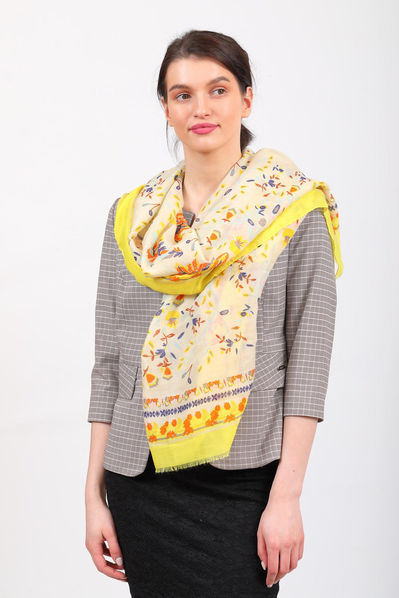 На фото 1 - Легкий яркий палантин платок из хлопка и вискозы, цвет желтый