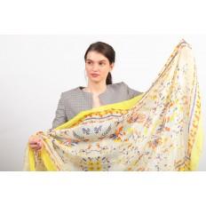 На фото 2 - Легкий яркий палантин платок из хлопка и вискозы, цвет желтый