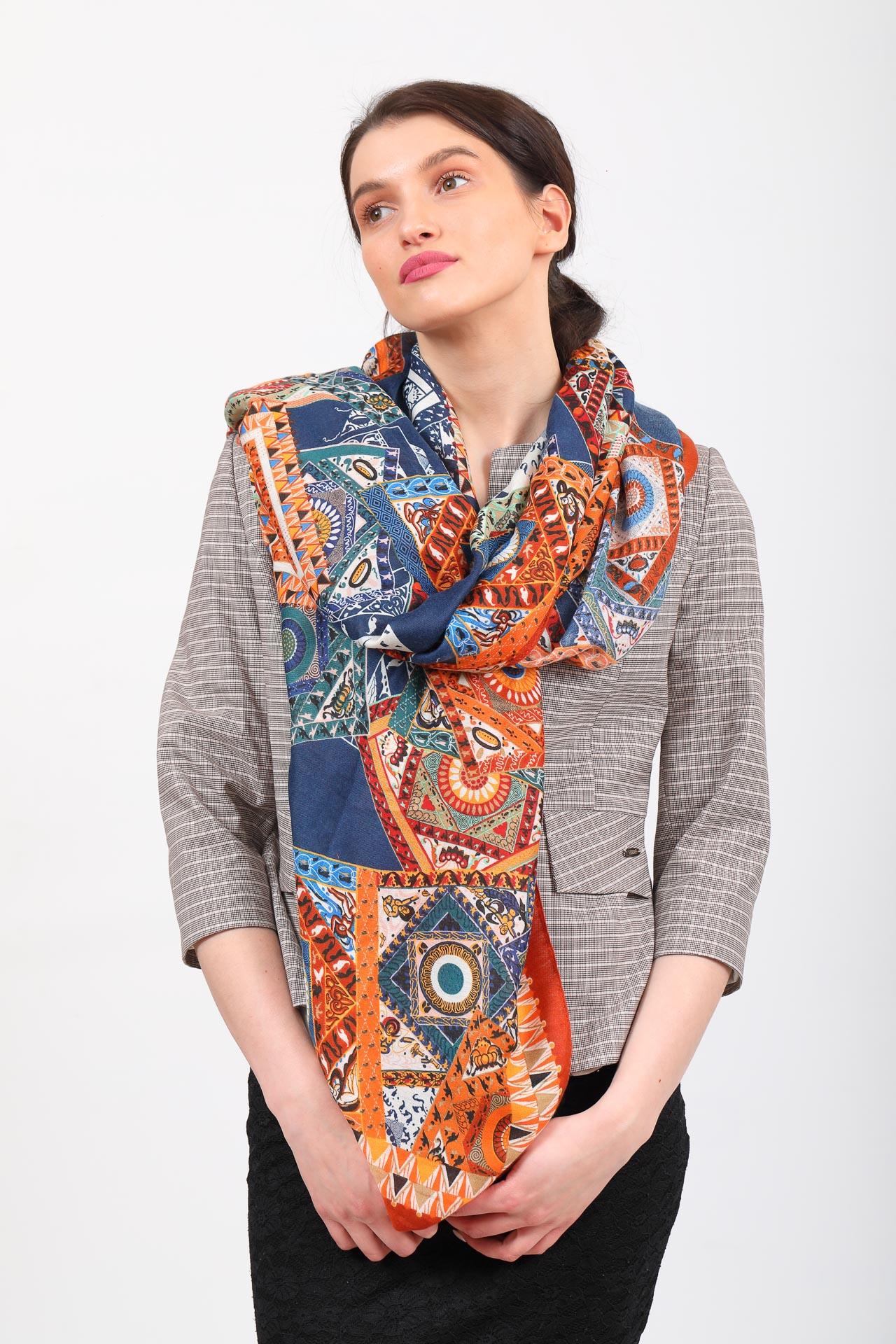 На фото 1 - Легкий пестрый палантин платок из хлопка и вискозы, цвет оранжевый с синим
