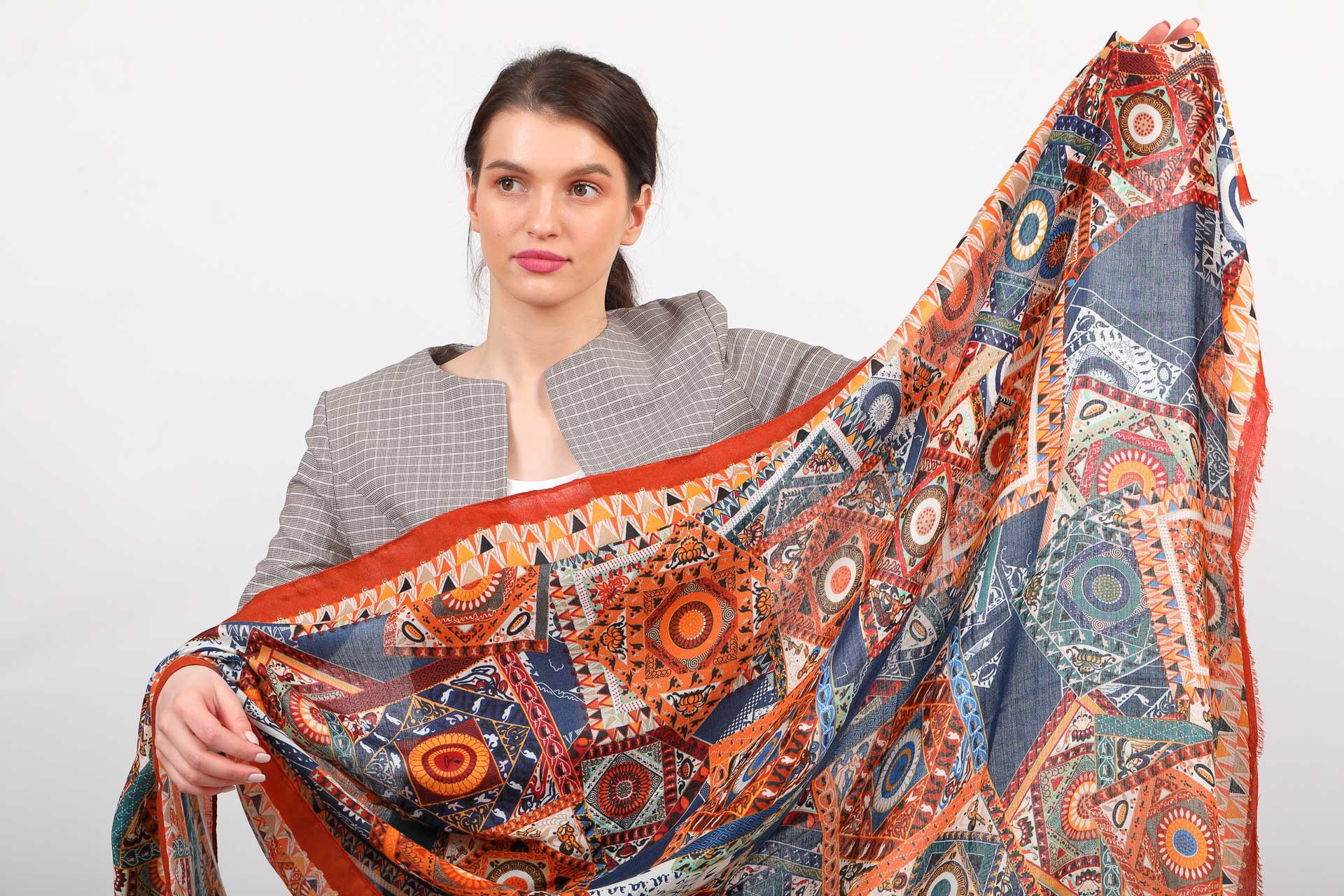 На фото 2 - Легкий пестрый палантин платок из хлопка и вискозы, цвет оранжевый с синим
