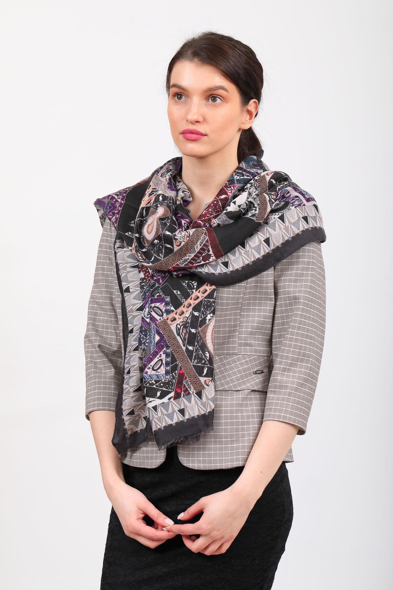 На фото 1 - Легкий пестрый палантин платок из хлопка и вискозы, цвет серый с черным