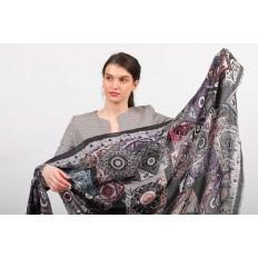 На фото 2 - Легкий пестрый палантин платок из хлопка и вискозы, цвет серый с черным