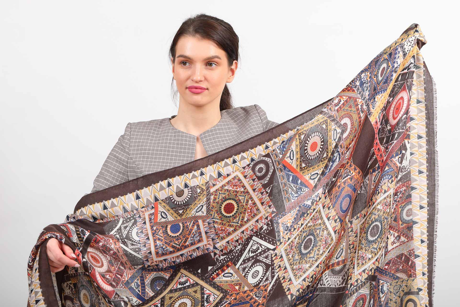 На фото 2 - Легкий пестрый палантин платок из хлопка и вискозы, цвет серый с коричневым