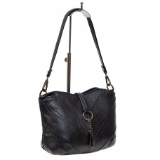 На фото 1 - Чёрная женская сумка из искусственной кожи с акцентной подвеской
