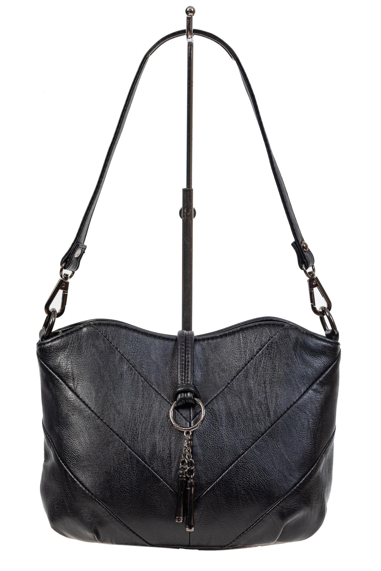 На фото 2 - Чёрная женская сумка из искусственной кожи с акцентной подвеской