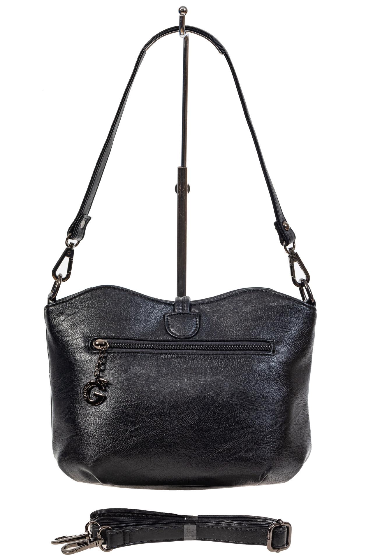 На фото 3 - Чёрная женская сумка из искусственной кожи с акцентной подвеской