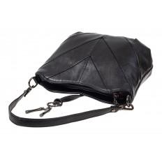 На фото 4 - Чёрная женская сумка из искусственной кожи с акцентной подвеской