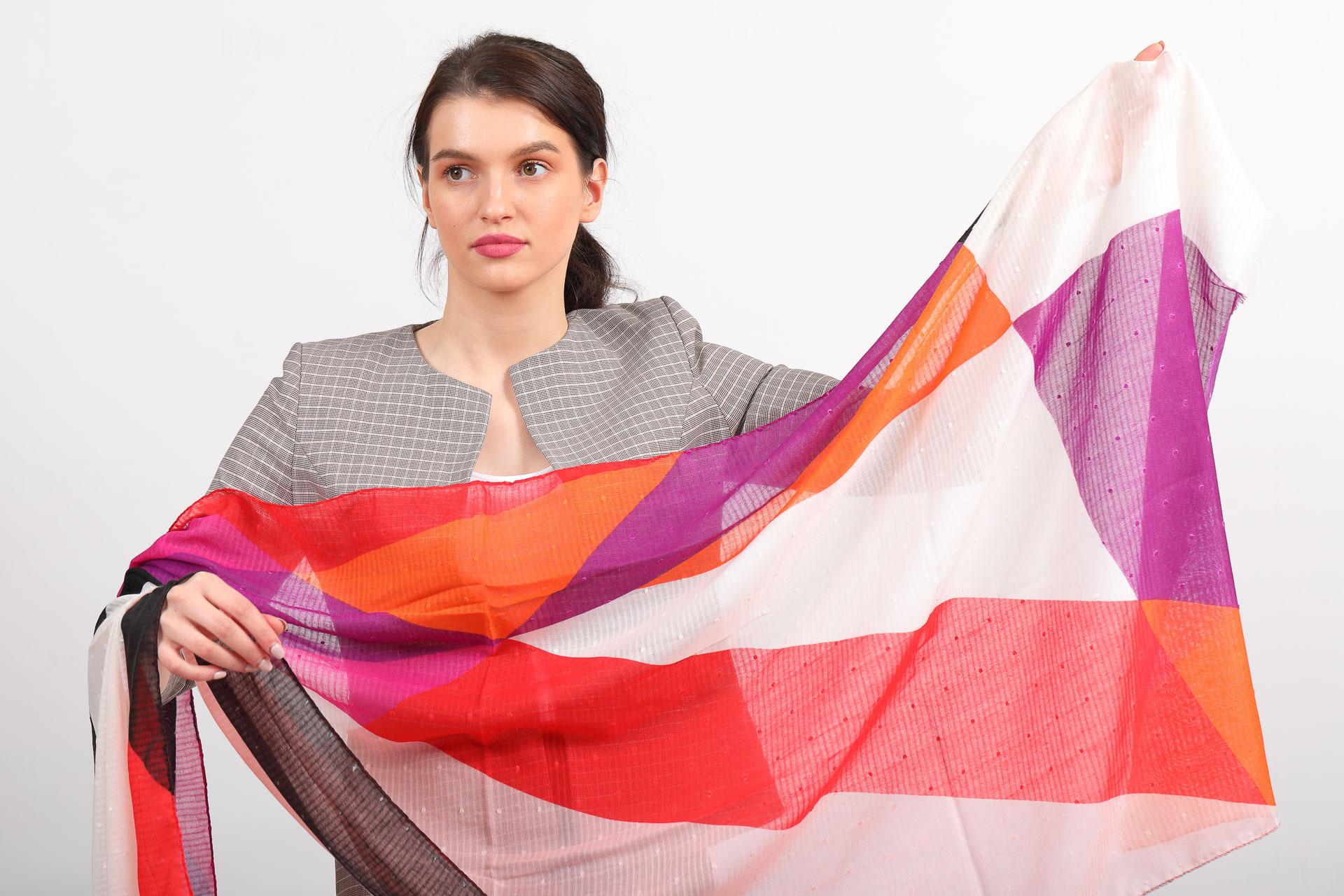 На фото 2 - Дешевый палантин-шарф шелковый с геометричным принтом, красно-оранжевый
