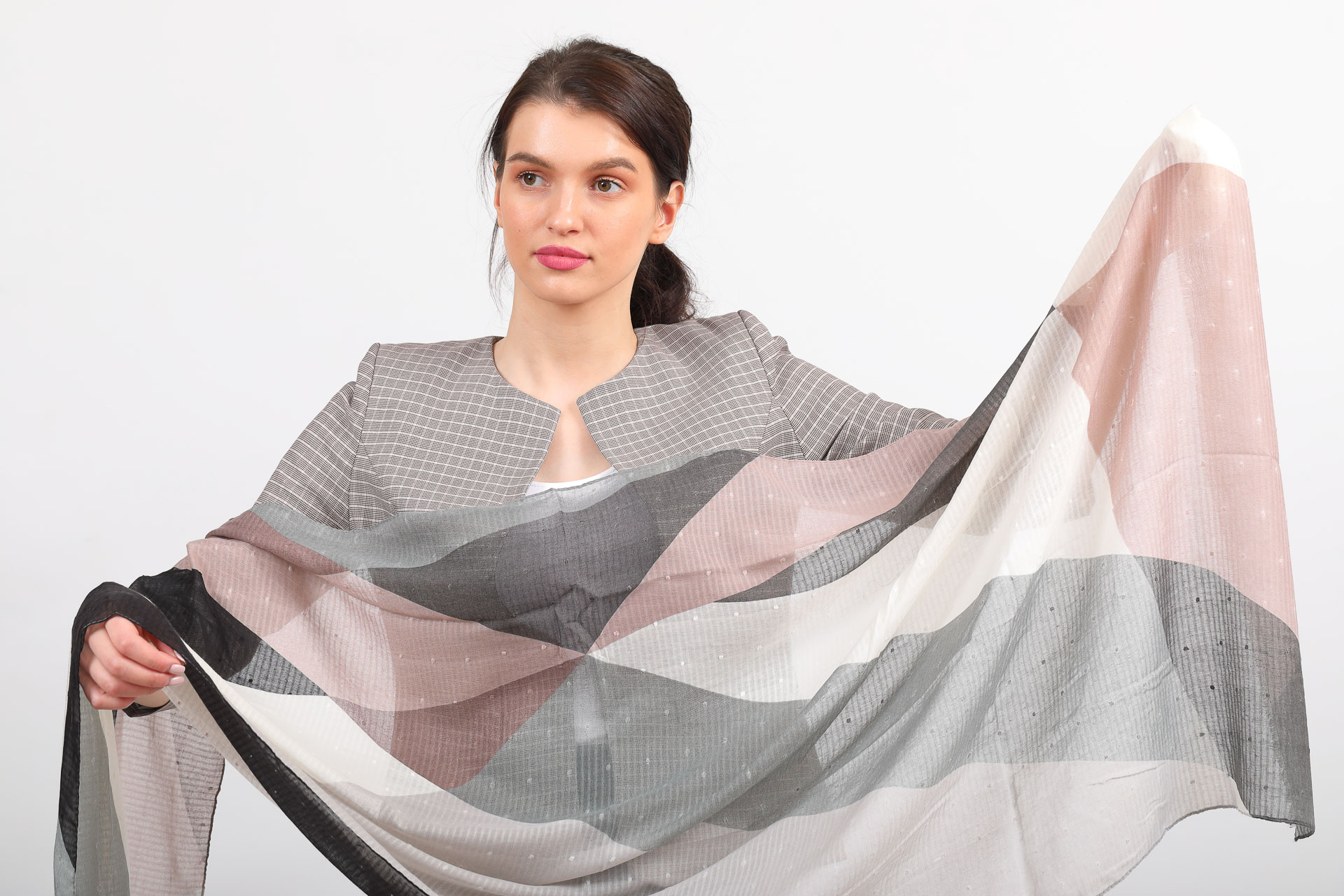 На фото 2 - Легкий палантин-накидка из хлопка и вискозы с геометричным принтом, цвет серо-розовый