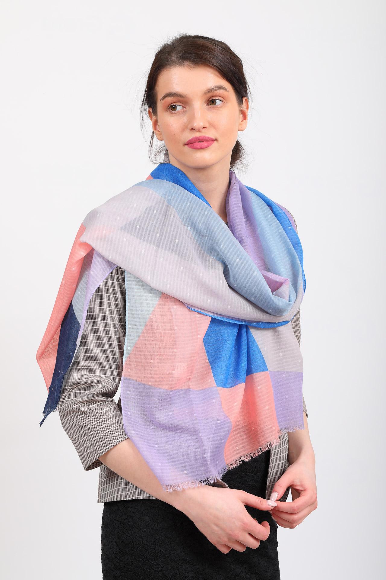 На фото 1 - Яркий легкий палантин платок из хлопка и вискозы с геометричным принтом, цвет розово-голубой