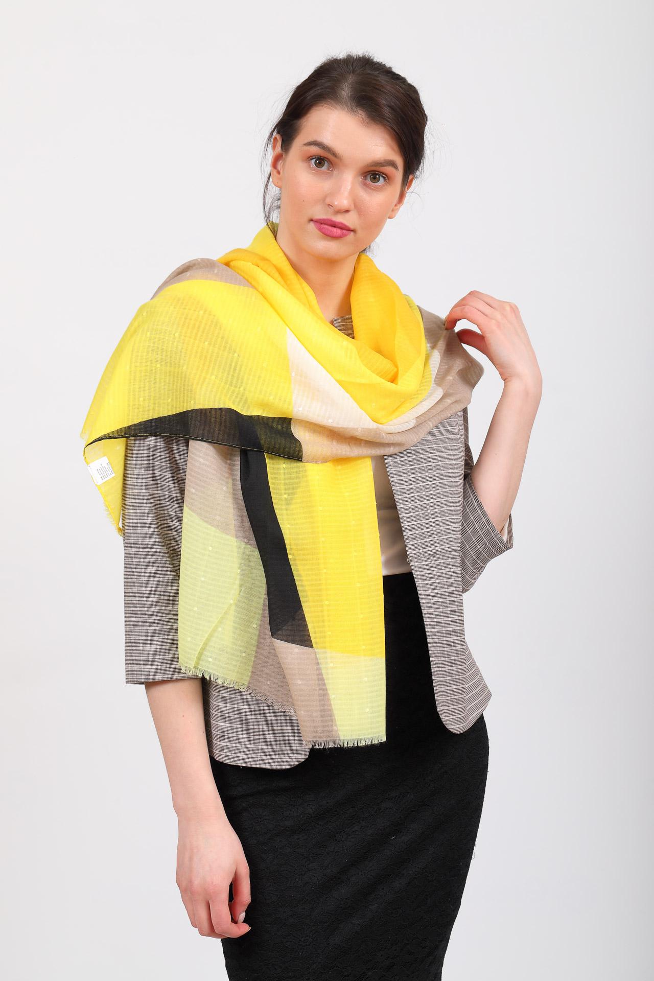 На фото 1 - Палантин-накидка с геометричным принтом, желто-черный, производство Китай