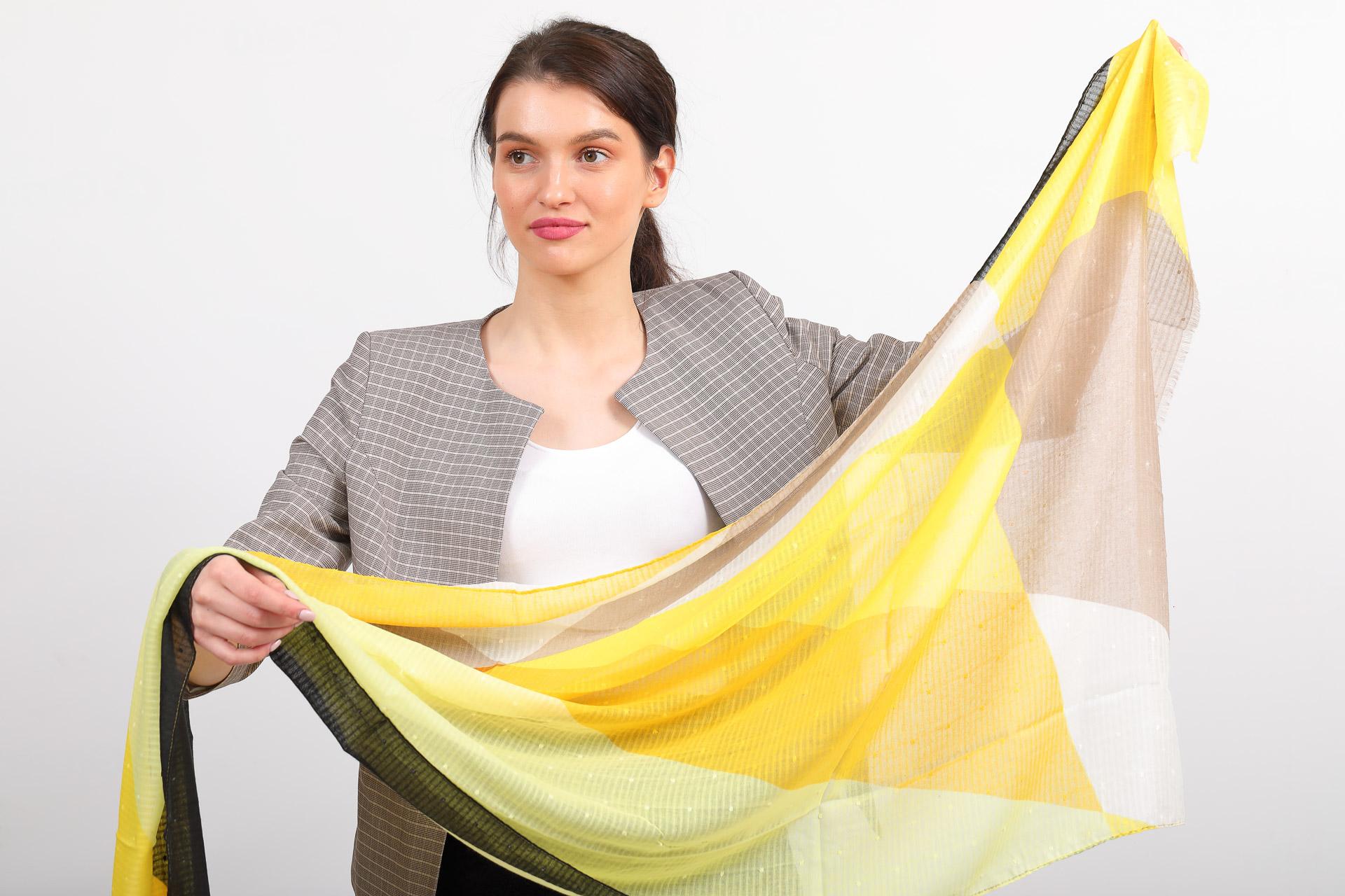 На фото 2 - Палантин-накидка с геометричным принтом, желто-черный, производство Китай
