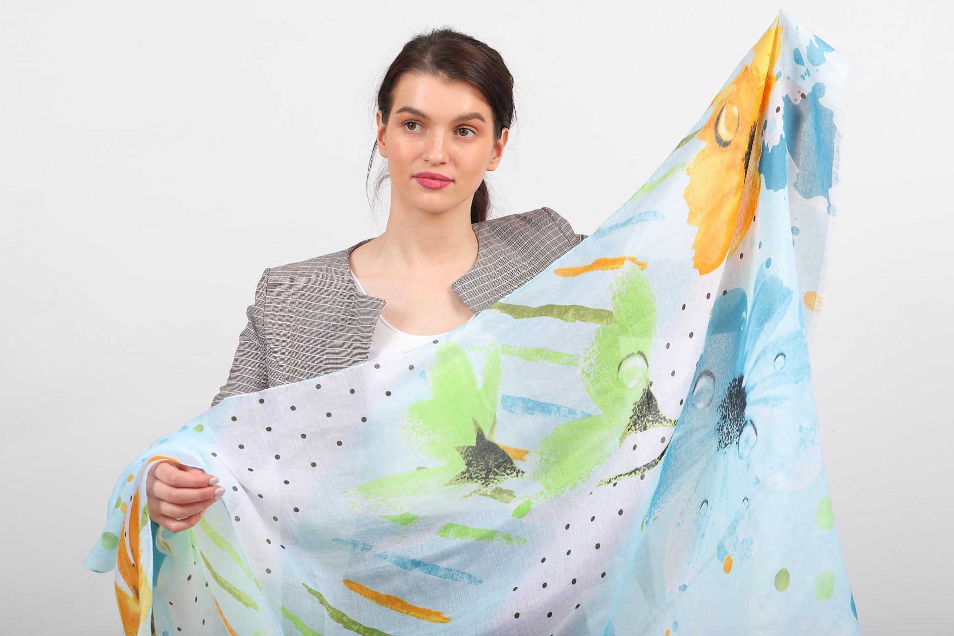 На фото 2 - Прозрачный палантин-шарф для пляжа, голубой