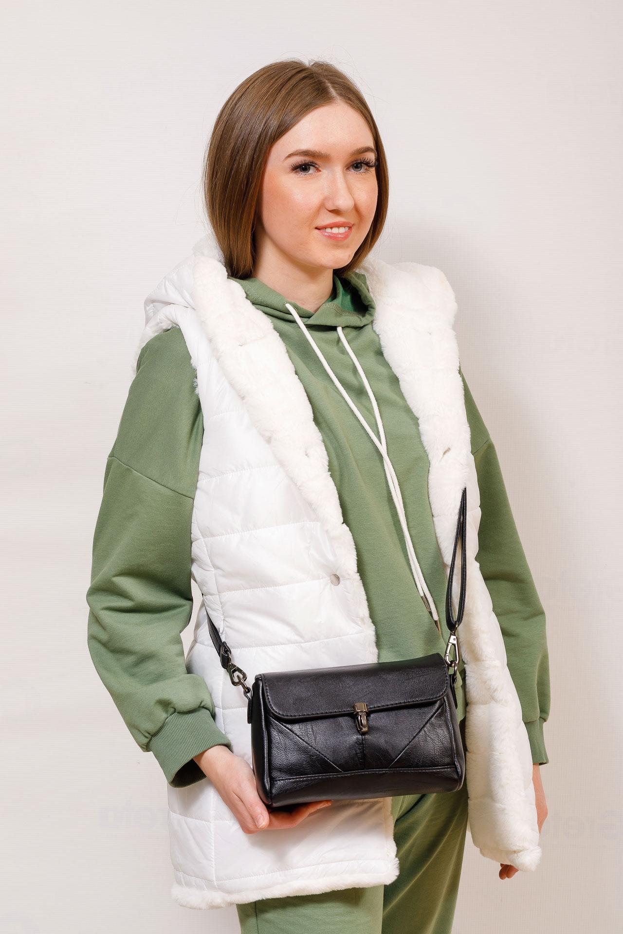 На фото 5 - Маленькая женская сумка из искусственной кожи с застёжкой, цвет чёрный
