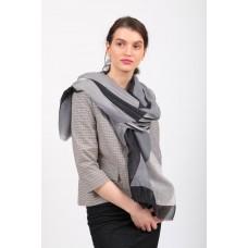 На фото 1 - Большой палантин-шарф с геометричным принтом, серый