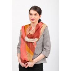 На фото 1 - Большой янтарный палантин-шарф с геометричным принтом, бордовый