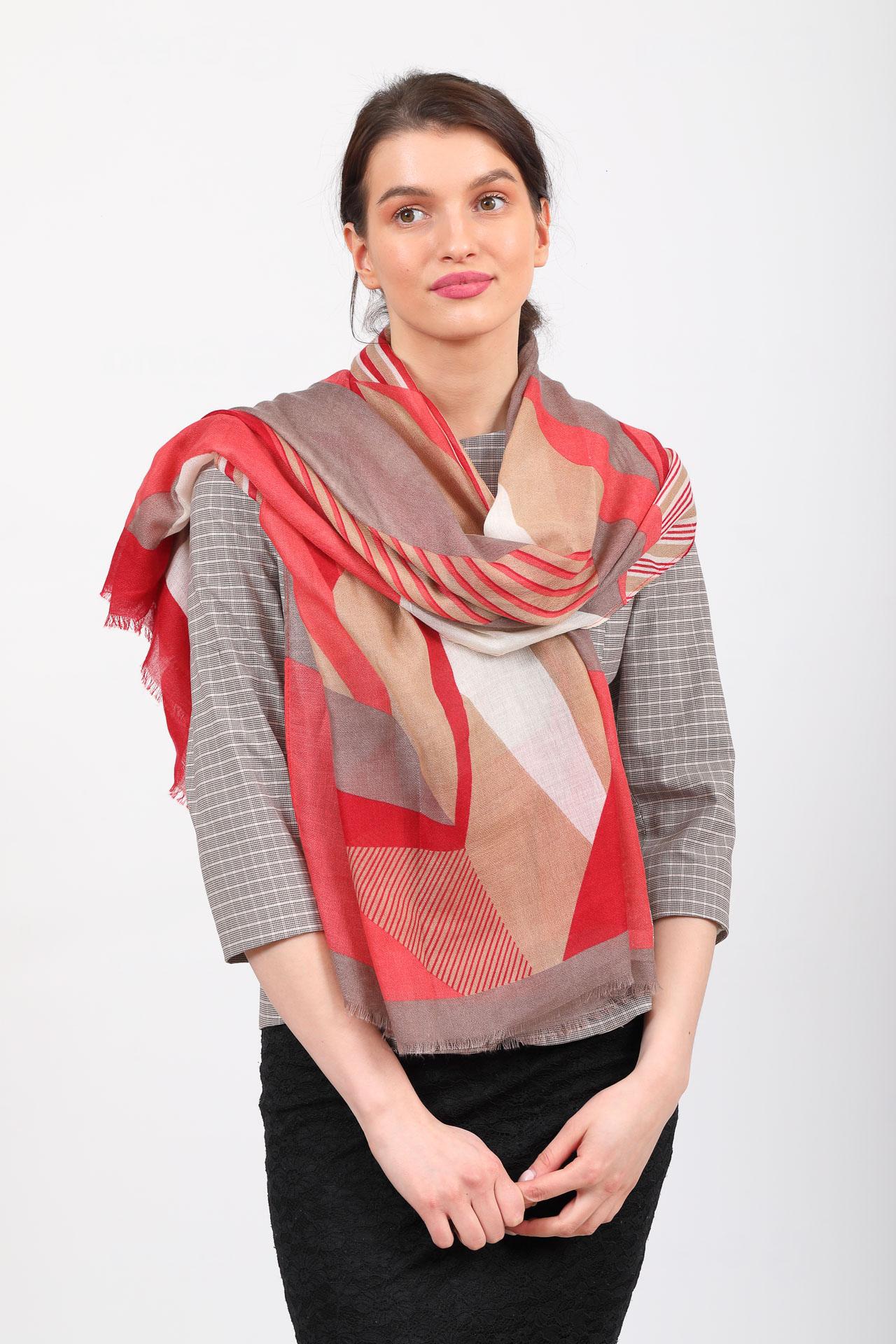 На фото 1 - Легкий палантин платок из хлопка и вискозы с геометричным принтом, цвет красный