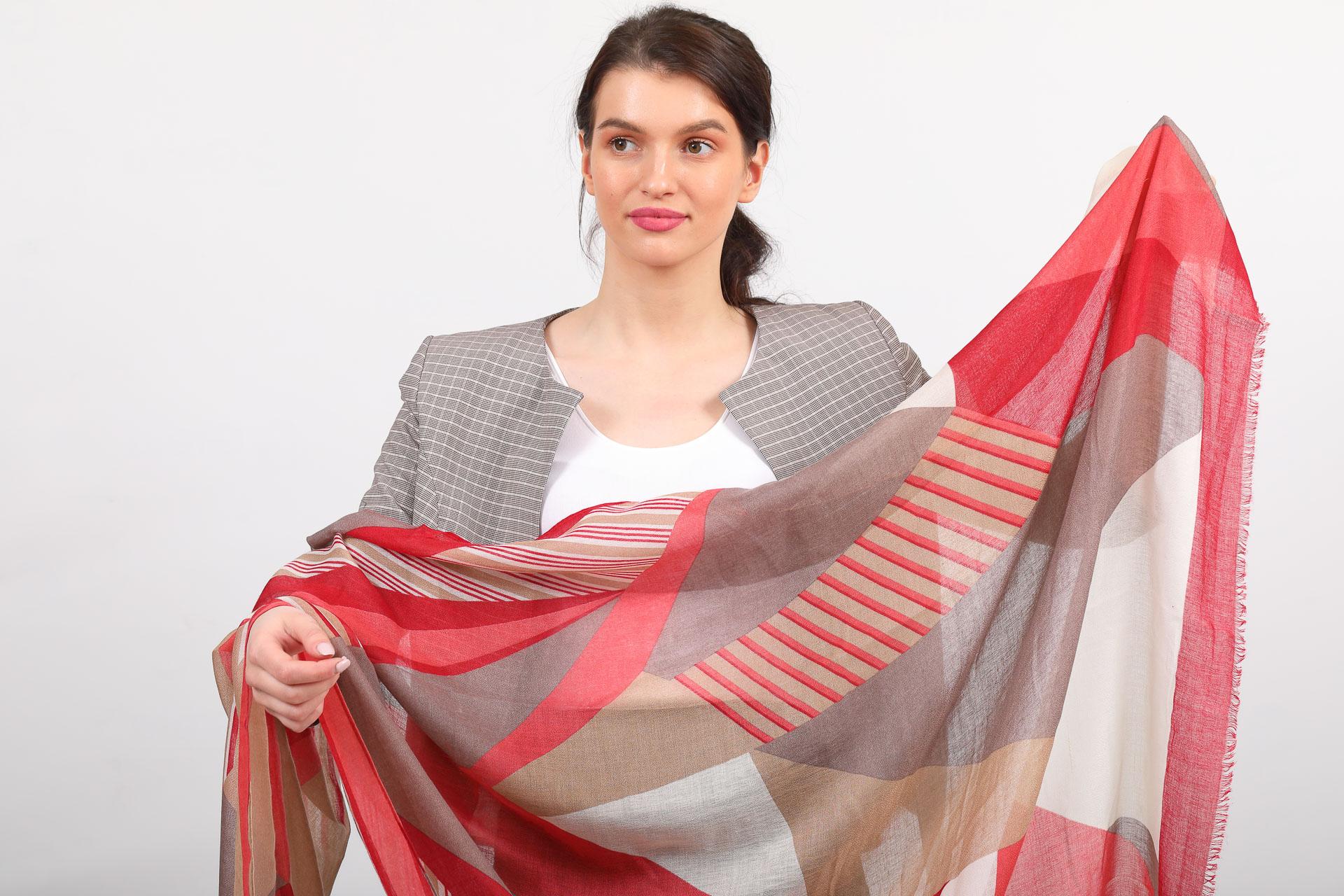 На фото 2 - Легкий палантин платок из хлопка и вискозы с геометричным принтом, цвет красный