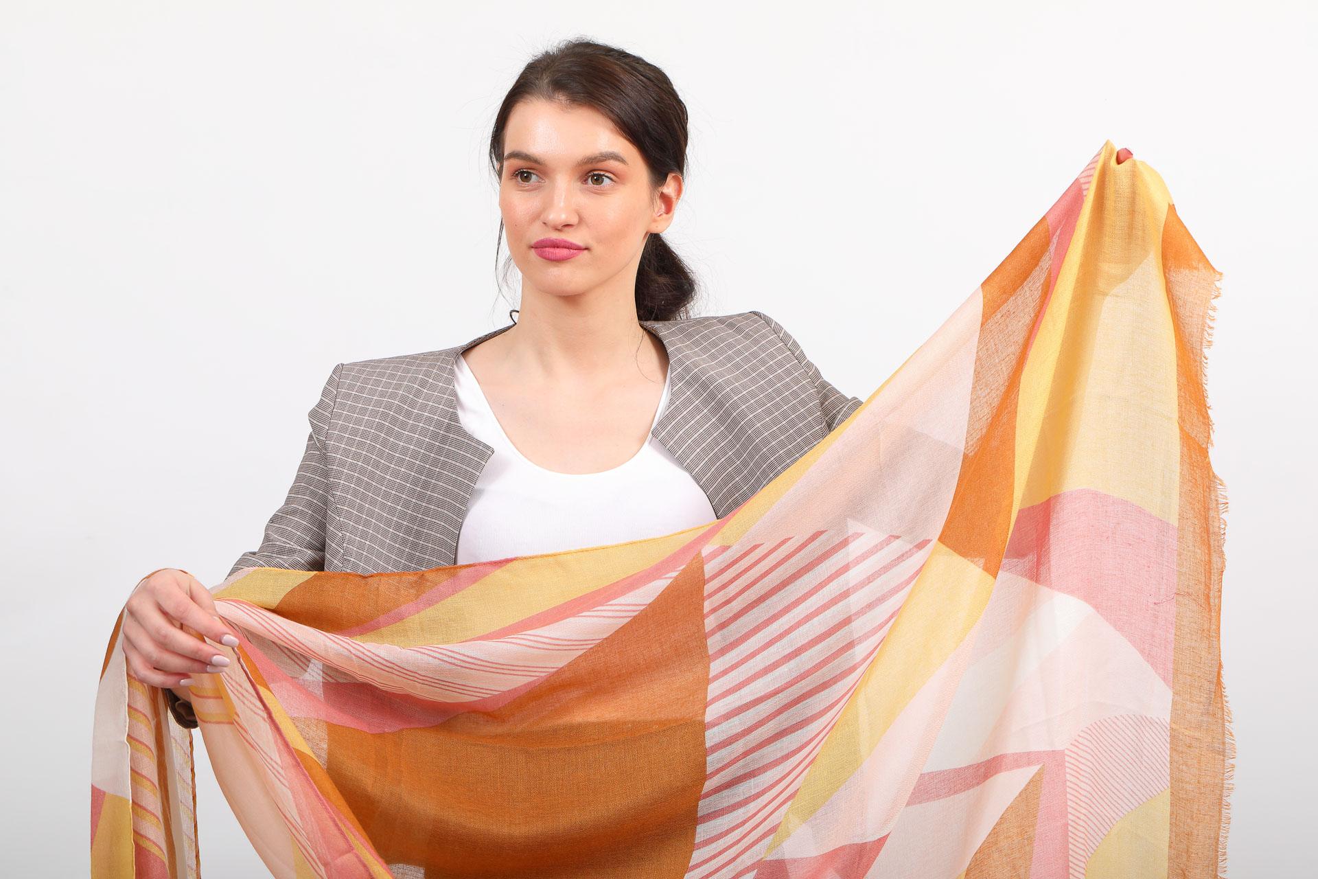 На фото 2 - Большой палантин-шарф с геометричным принтом, оранжевый