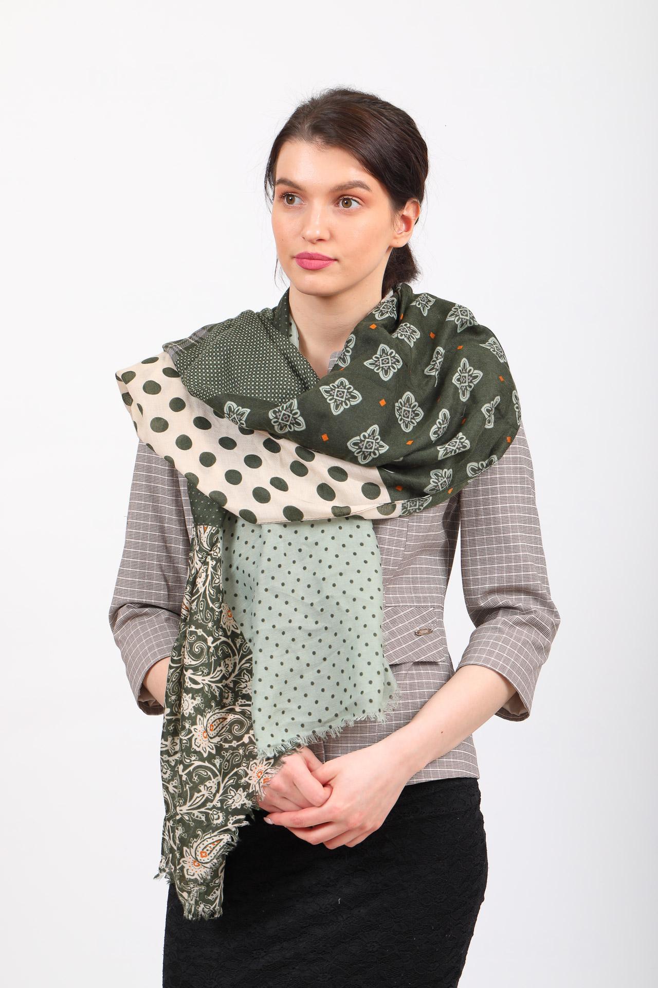 На фото 1 - Легкий палантин платок из хлопка и вискозы с цветочным принтом, цвет зеленый