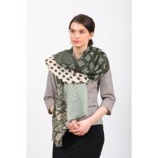 На фото 1 - Темно-зеленый цельный палантин-шарф, с цветочными мотивами в составе хлопок и вискоза,