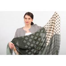 На фото 2 - Легкий палантин платок из хлопка и вискозы с цветочным принтом, цвет зеленый