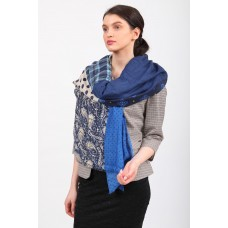 На фото 1 - Аксессуар цельный палантин-шарф с цветочными мотивами, синий