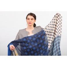На фото 2 - Аксессуар цельный палантин-шарф с цветочными мотивами, синий