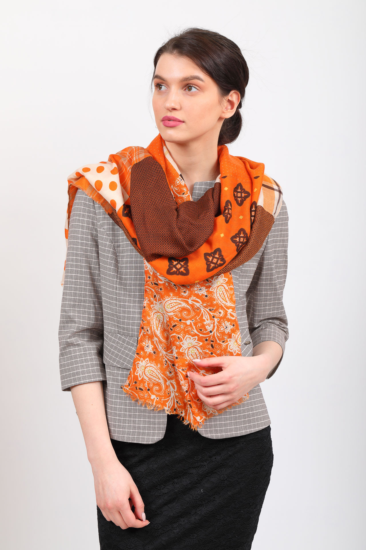 На фото 1 - Цельный палантин-шарф с цветочными мотивами, оранжевый