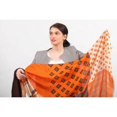 На фото 2 - Цельный палантин-шарф с цветочными мотивами, оранжевый