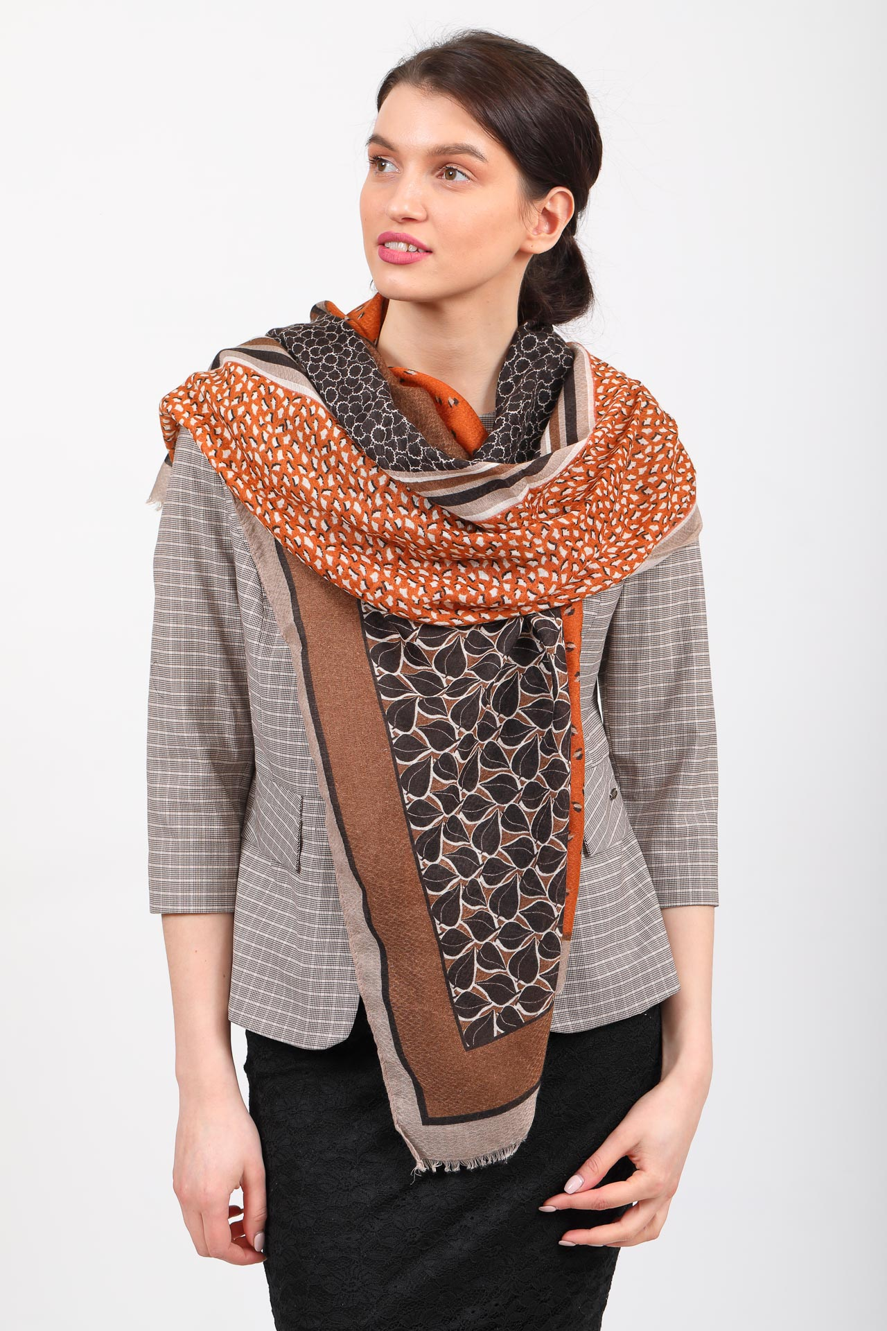 На фото 1 - Легкий палантин платок из хлопка и вискозы с растительным принтом, цвет оранжевый