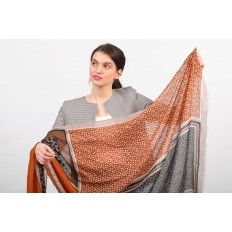 На фото 2 - Легкий палантин платок из хлопка и вискозы с растительным принтом, цвет оранжевый