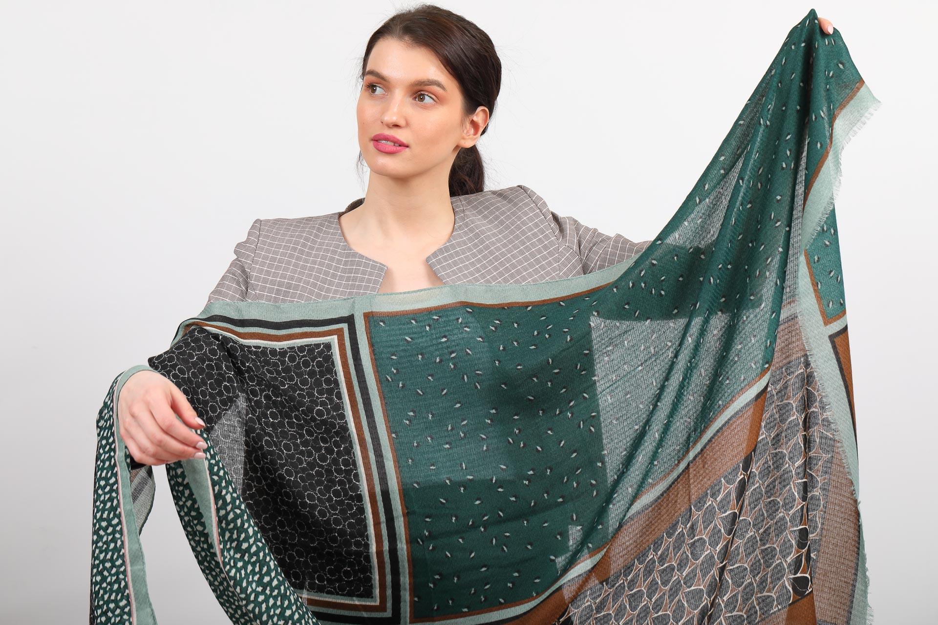 На фото 2 - Изумрудный палантин-шарф с растительными мотивами