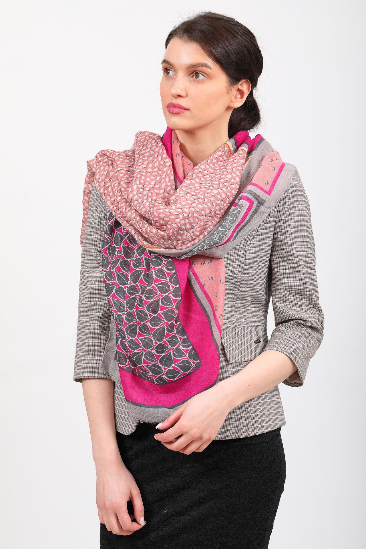 На фото 1 - Легкий палантин платок из хлопка и вискозы с растительным принтом, цвет розовый
