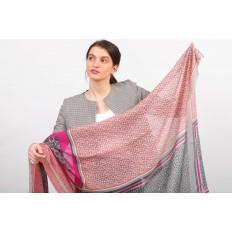 На фото 2 - Легкий палантин платок из хлопка и вискозы с растительным принтом, цвет розовый