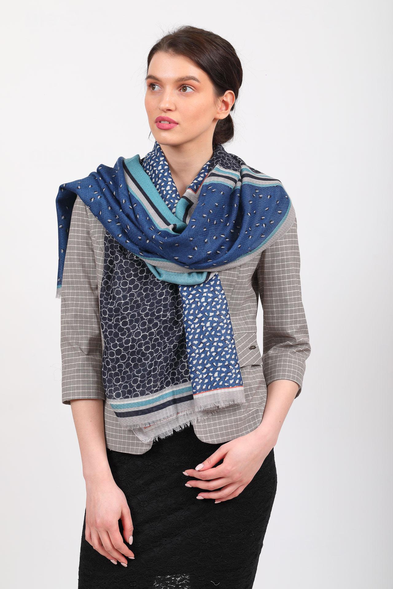 На фото 2 - Синий палантин-шарф платок с растительными мотивами