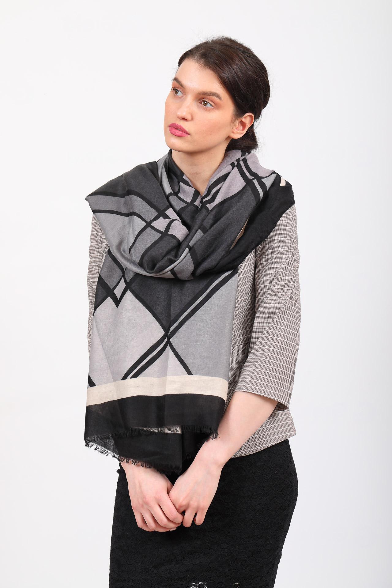 На фото 1 - Палантин платок шарф с крупным геометричным принтом, цвет серый с розовым