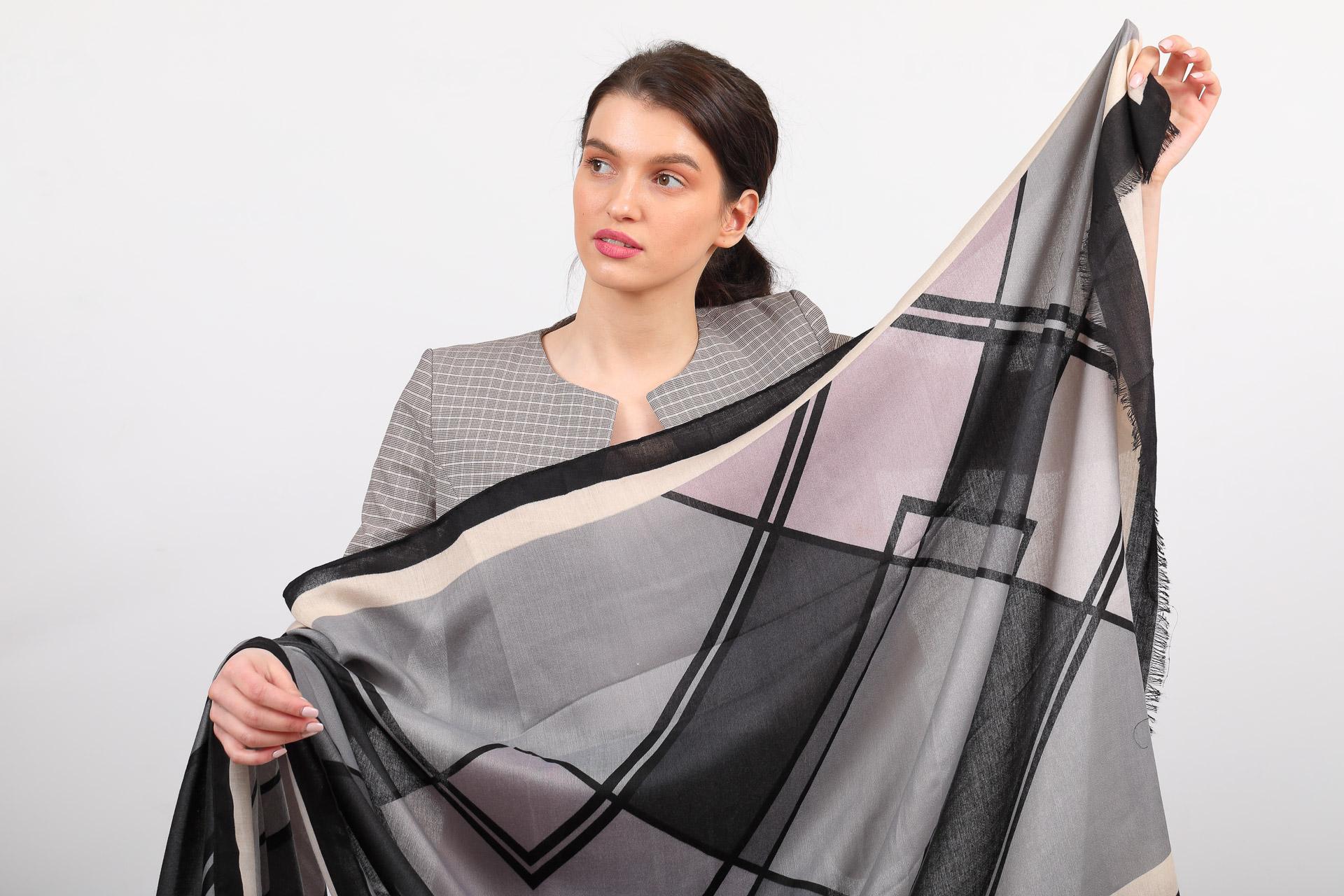 На фото 2 - Палантин платок шарф с крупным геометричным принтом, цвет серый с розовым