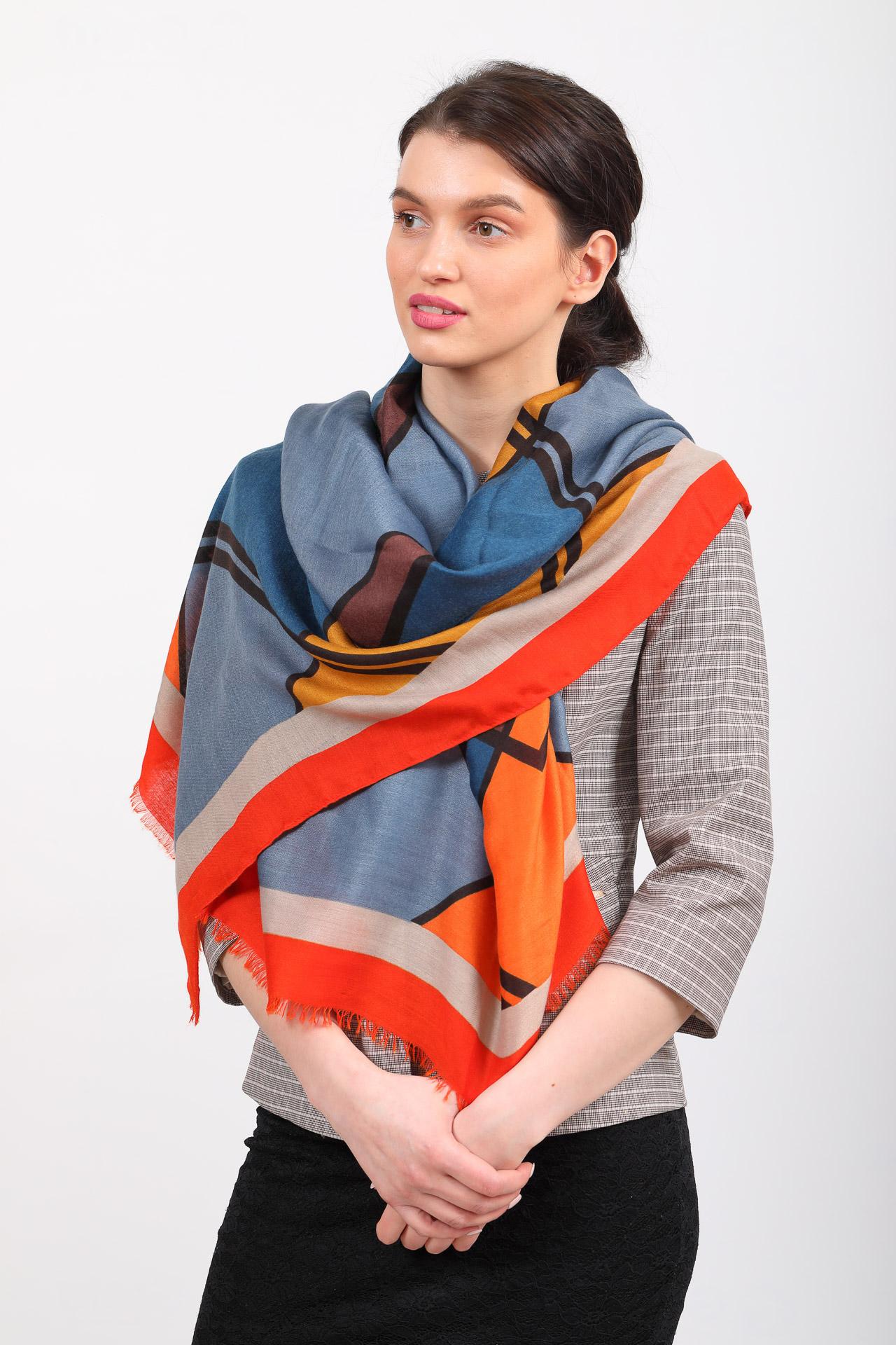 На фото 1 - Легкий палантин платок с крупным геометричным принтом, цвет оранжевый с синим